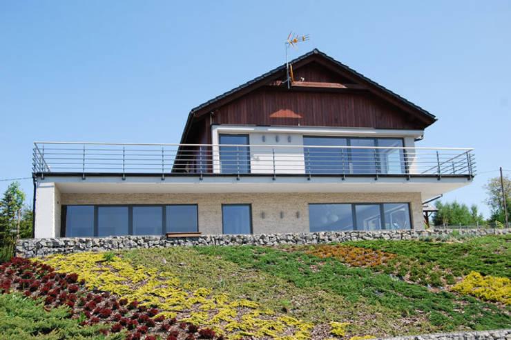 Dom na skarpie nad stawem.: styl nowoczesne, w kategorii Domy zaprojektowany przez Susuł & Strama Architekci sp. z o.o.
