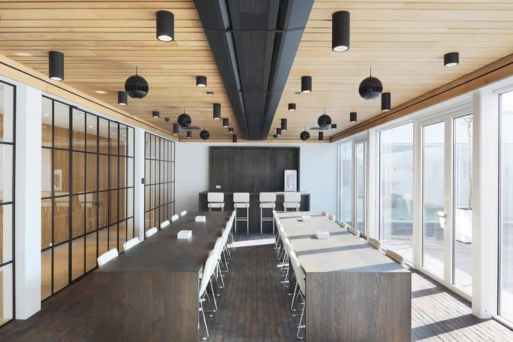 Houten plafond Intermontage:  Kantoor- & winkelruimten door Intermontage Leurink B.V.