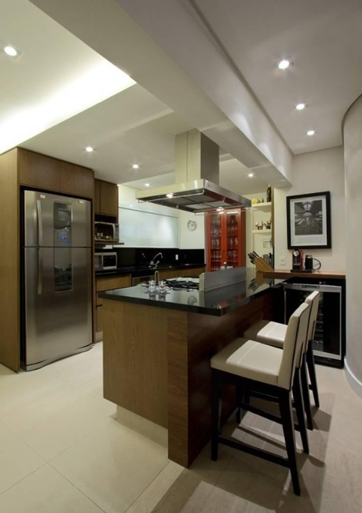 Cozinha semi-industrial : Cozinhas  por Ana Menoita Arquitetura e Interiores