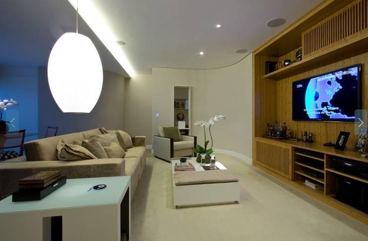 Living room by Ana Menoita Arquitetura e Interiores