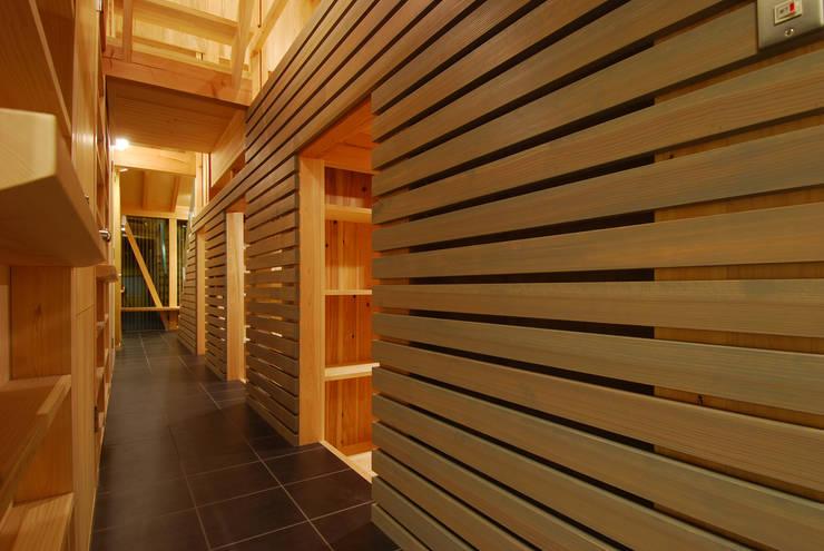 内路地見返し(夕景): 豊田空間デザイン室 一級建築士事務所が手掛けた廊下 & 玄関です。