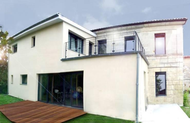 The atypical House: Maisons de style  par Agence O² Design