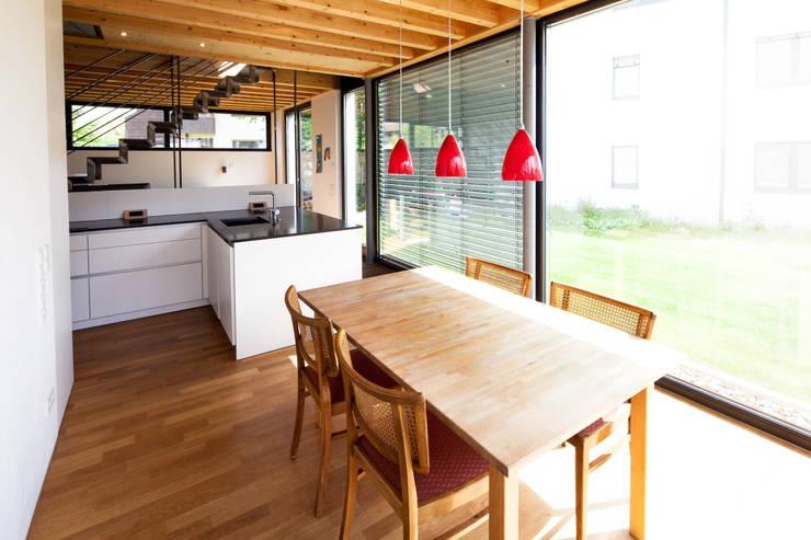 Doppelhaushälfte WI10  über dem Kessel : moderne Esszimmer von Schiller Architektur BDA