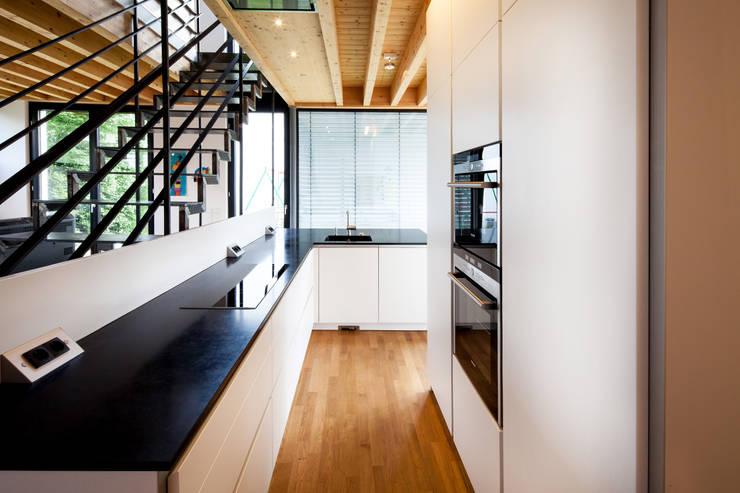 Doppelhaushälfte WI10  über dem Kessel : moderne Küche von Schiller Architektur BDA