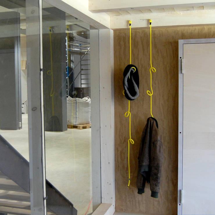 Pasillos, vestíbulos y escaleras  de estilo  por Peppermint Products