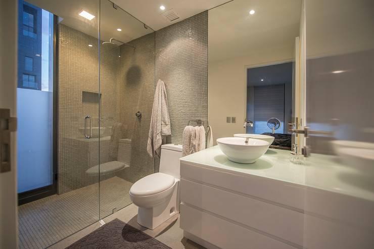 Baño principal: Baños de estilo  por ESTUDIO TANGUMA