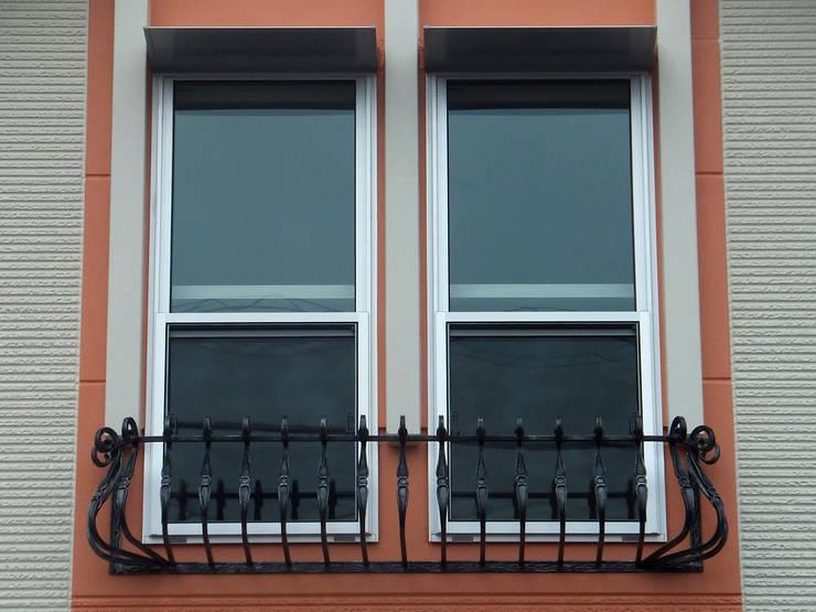 ロ-トアイアンの花台と飾り窓: 株式会社SOM(ソム)建築計画研究所が手掛けた窓です。