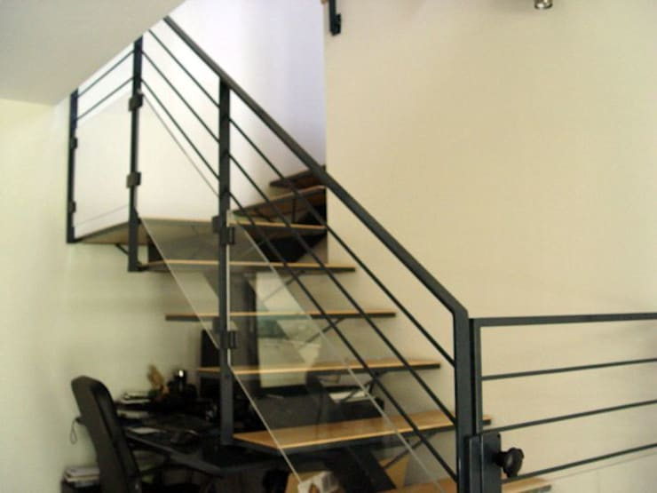 The atypical House: Couloir et hall d'entrée de style  par Agence O² Design