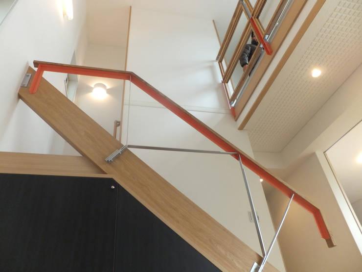 リビング吹抜け階段: 株式会社SOM(ソム)建築計画研究所が手掛けたリビングです。