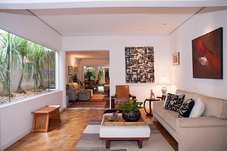 Residência Jardim Europa/SP: Salas de estar  por Renata Romeiro Interiores