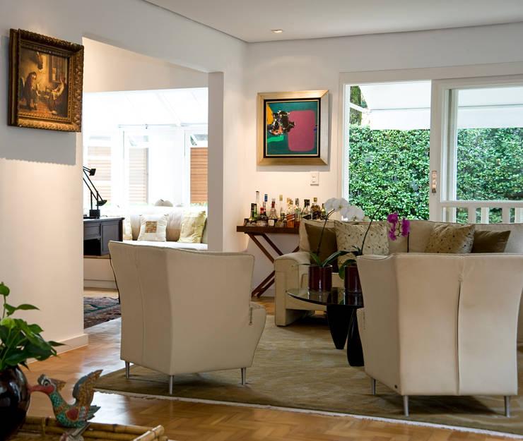Residência Jardim Europa/SP: Sala de estar  por Renata Romeiro Interiores