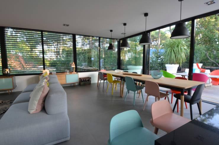Salon épuré design scandinave: Salle à manger de style  par cecile kokocinski