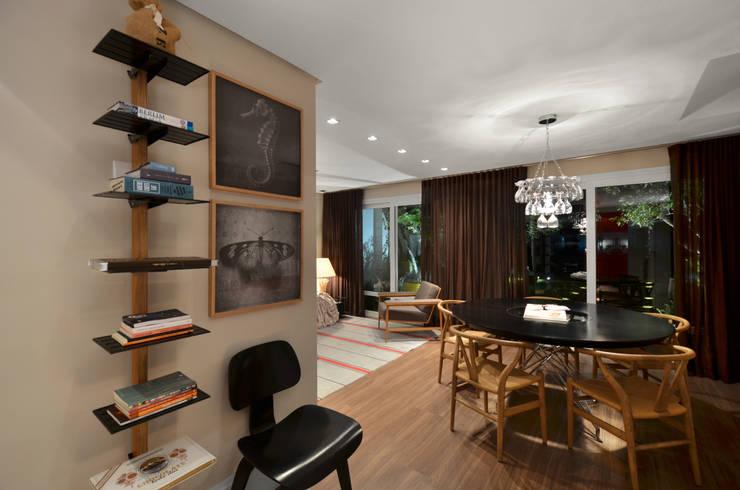 Casa da Praia: Salas de jantar  por Johnny Thomsen Arquitetura e Design ,