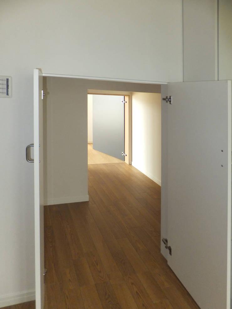 2WAYの階段下収納: 株式会社SOM(ソム)建築計画研究所が手掛けた廊下 & 玄関です。