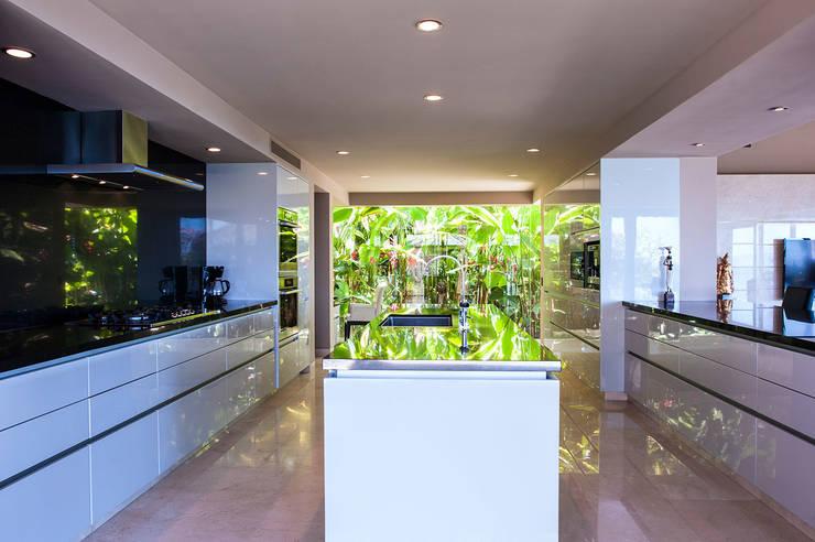Villa Siriyana: Cocinas de estilo  por Stone Contractors