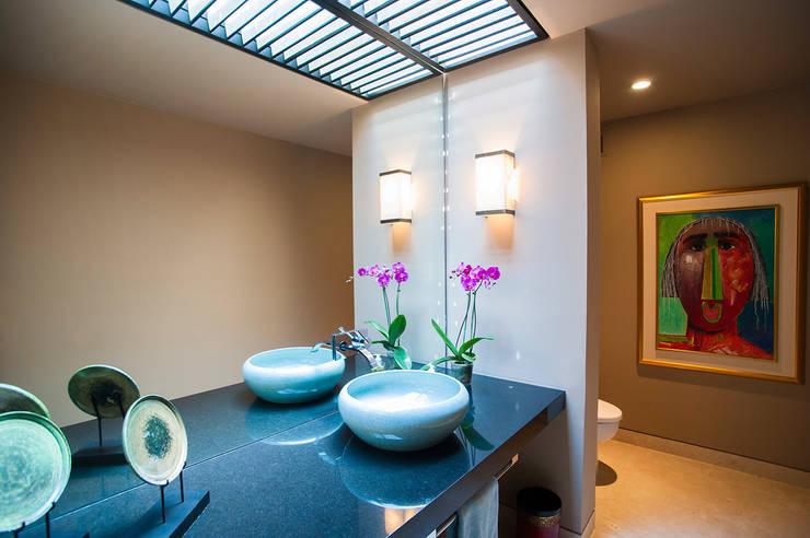 Villa Siriyana: Baños de estilo  por Stone Contractors