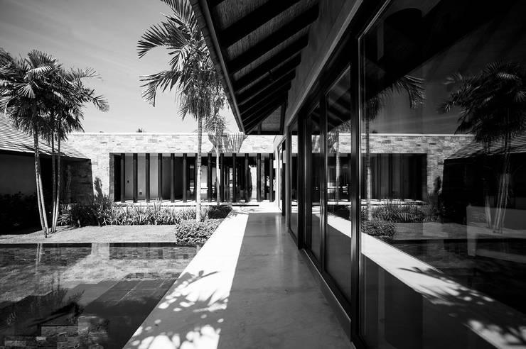Villa Siriyana Pasillos, vestíbulos y escaleras asiáticos de Stone Contractors Asiático
