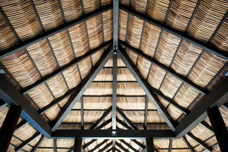 Palapa: Pasillos y recibidores de estilo  por Stone Contractors