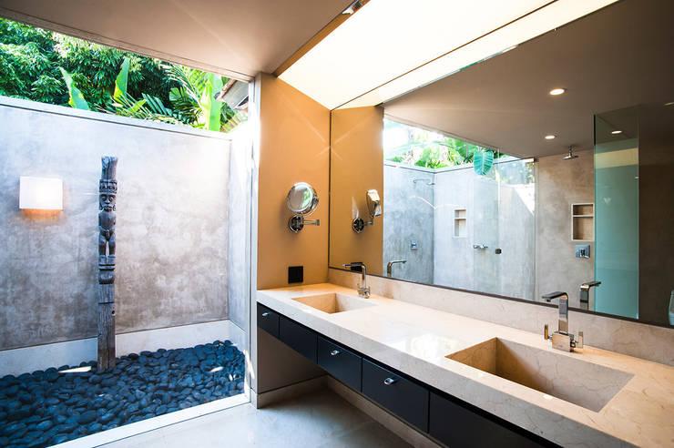 Banheiro  por Stone Contractors