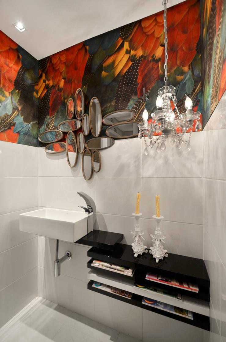 Casa da Praia: Banheiros  por Johnny Thomsen Arquitetura e Design ,