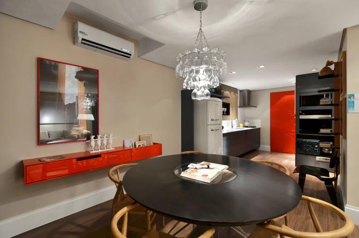 tropical Dining room by Johnny Thomsen Design de Interiores