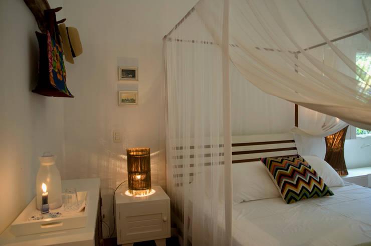 Residência Praia do Espelho - Trancoso/BA: Quartos  por Renata Romeiro Interiores,Tropical