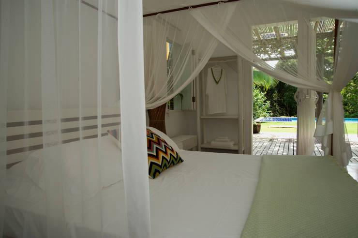Residência Praia do Espelho – Trancoso/BA: Quartos  por Renata Romeiro Interiores,Tropical
