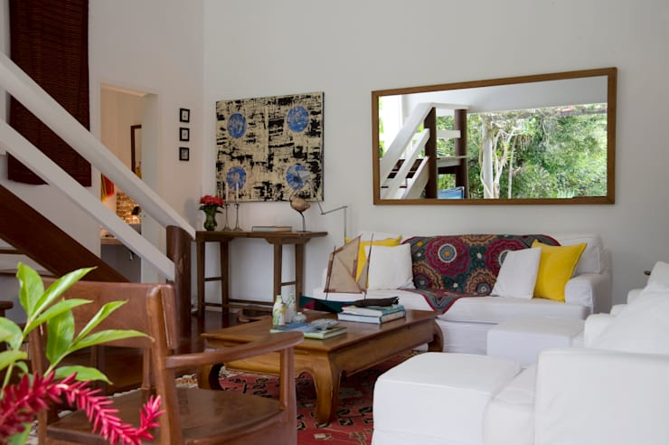 Residência Praia do Espelho – Trancoso/BA: Salas de estar  por Renata Romeiro Interiores,Tropical