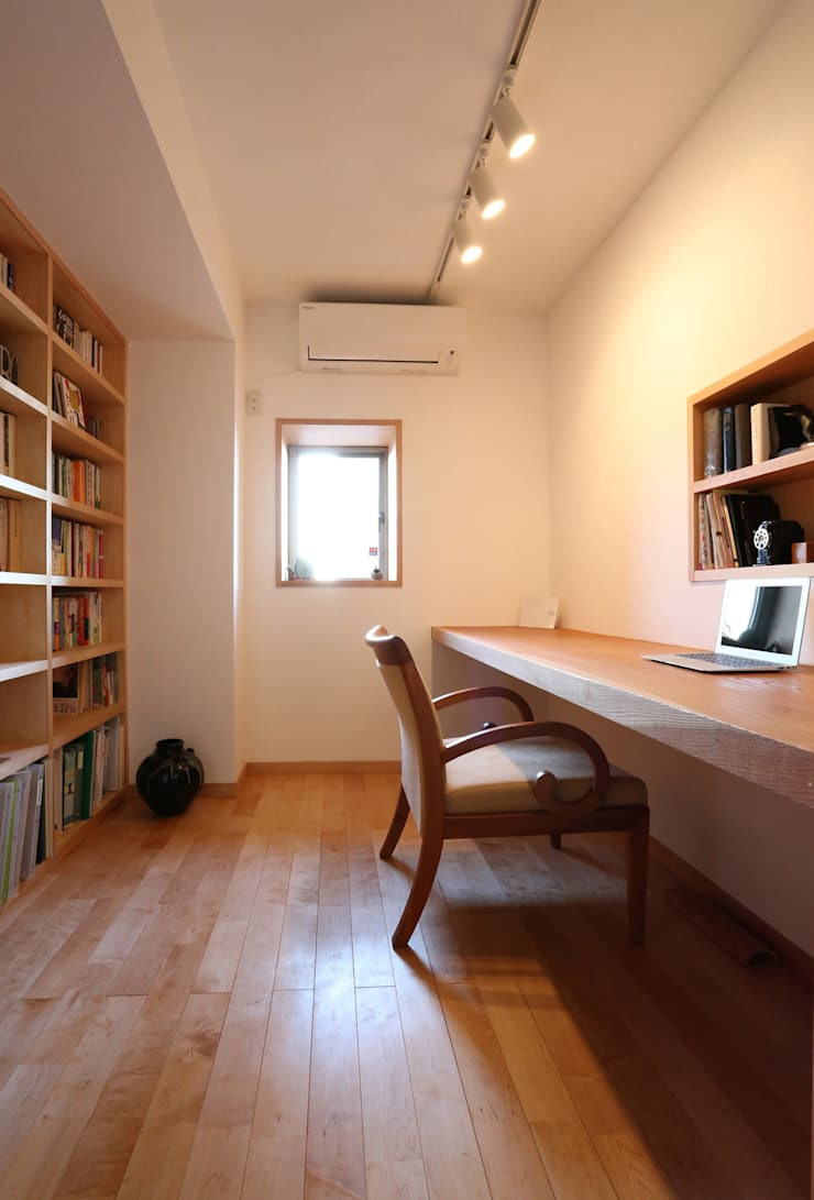 足利のリノベーション 書斎: 鈴木隆之建築設計事務所が手掛けた書斎です。