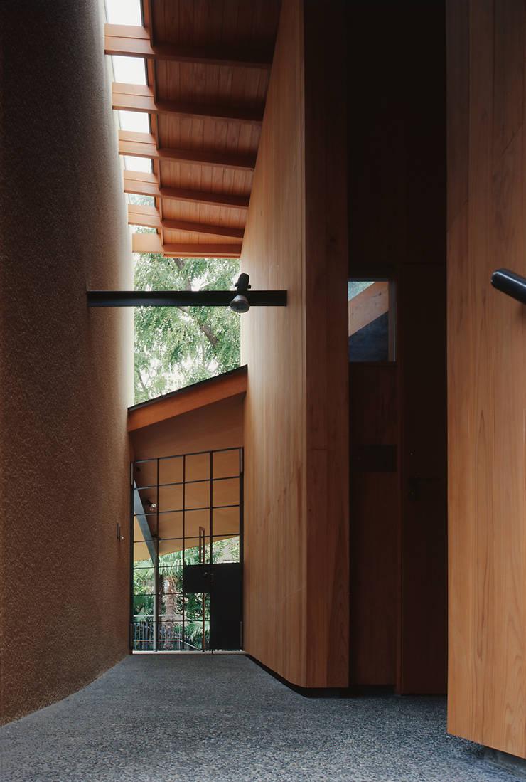 外部廊下: 八木建築研究所 Yagi Architectural Designが手掛けた廊下 & 玄関です。,モダン