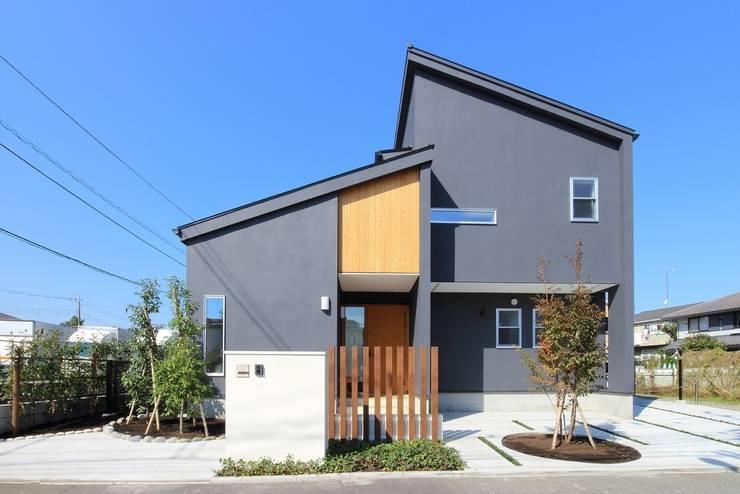 ダークグレーの壁に杉の羽目板がアクセントになっている外観: シーズ・アーキスタディオ建築設計室が手掛けた家です。