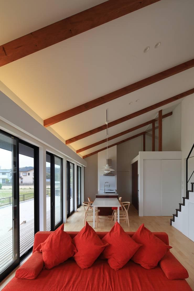MYS House: artect design - アルテクト デザインが手掛けたリビングです。,