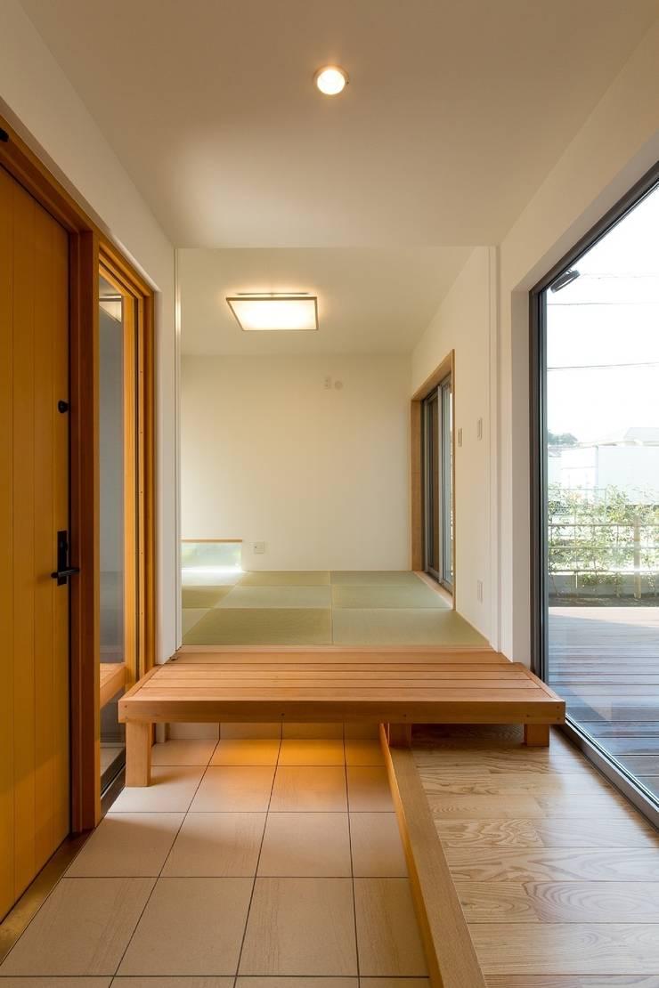 和室とリビングをつなぐ玄関: シーズ・アーキスタディオ建築設計室が手掛けた廊下 & 玄関です。