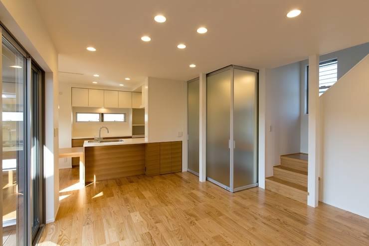 ウッドデッキに面したリビング: シーズ・アーキスタディオ建築設計室が手掛けたリビングです。