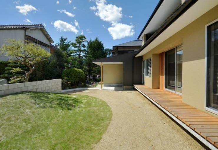 ヒンプンのある家: 岩田建築アトリエが手掛けた庭です。