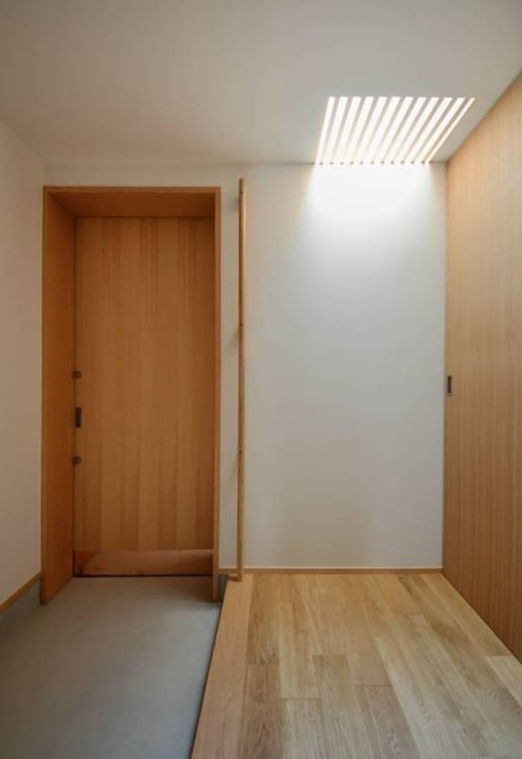 ヒンプンのある家: 岩田建築アトリエが手掛けた廊下 & 玄関です。