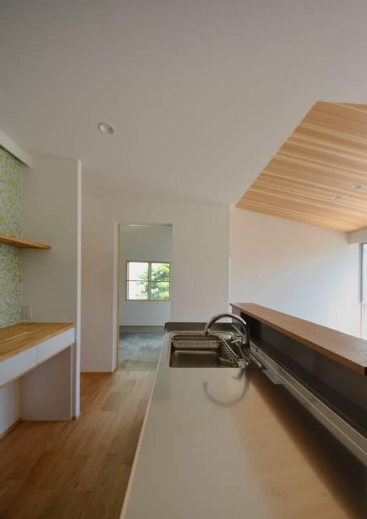 ヒンプンのある家: 岩田建築アトリエが手掛けたキッチンです。