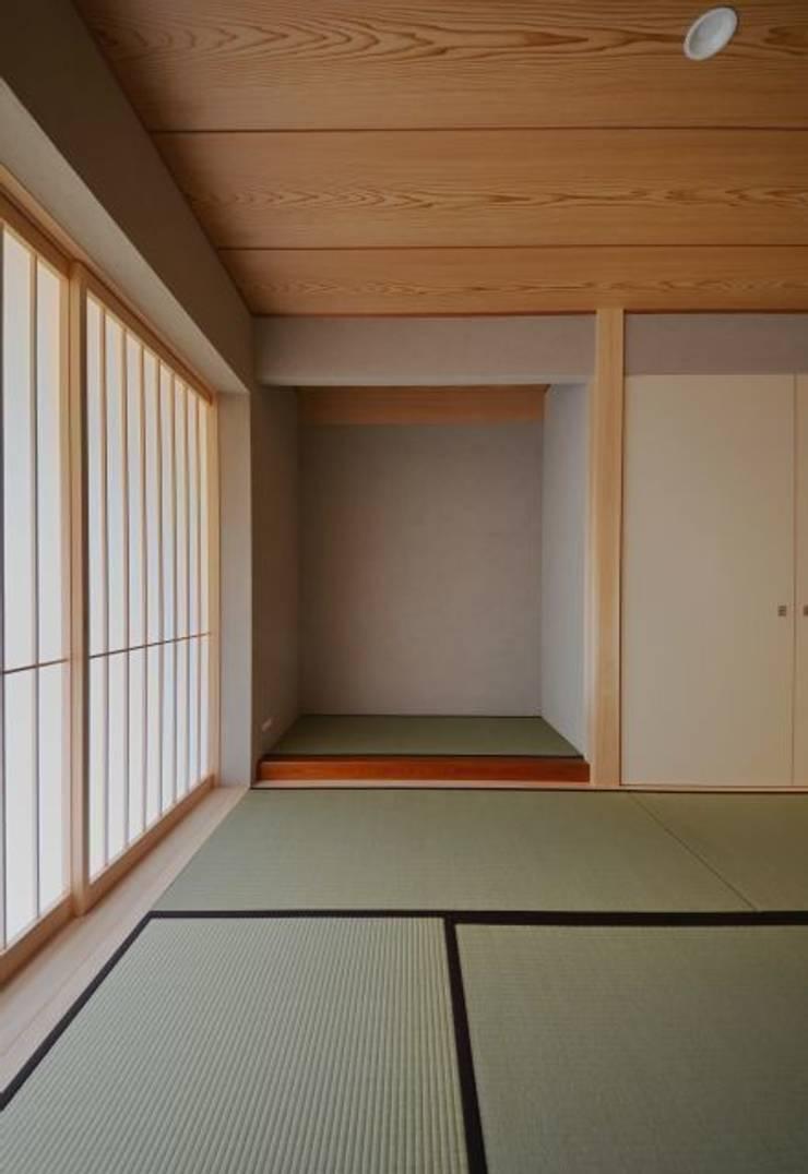 ヒンプンのある家: 岩田建築アトリエが手掛けた和室です。