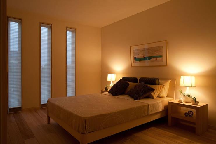 桐の家: 住工房一級建築士事務所が手掛けた寝室です。