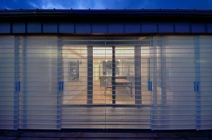 小さな平屋: 岩田建築アトリエが手掛けた家です。