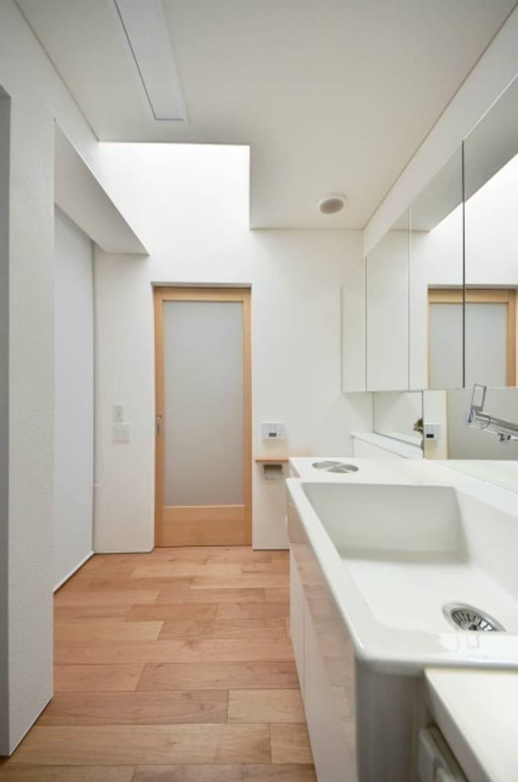 小さな平屋: 岩田建築アトリエが手掛けた浴室です。