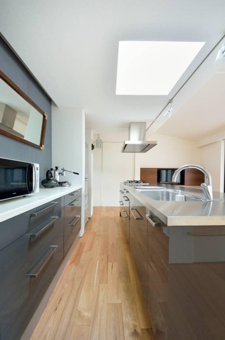 小さな平屋: 岩田建築アトリエが手掛けたキッチンです。