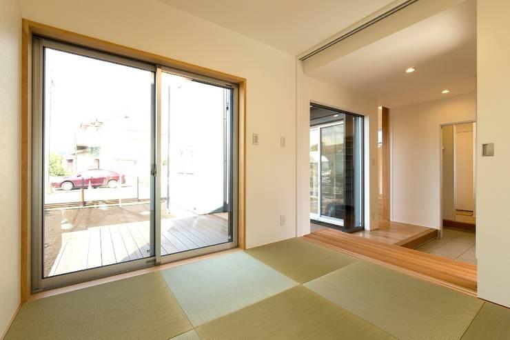 多目的な和室: シーズ・アーキスタディオ建築設計室が手掛けた和室です。