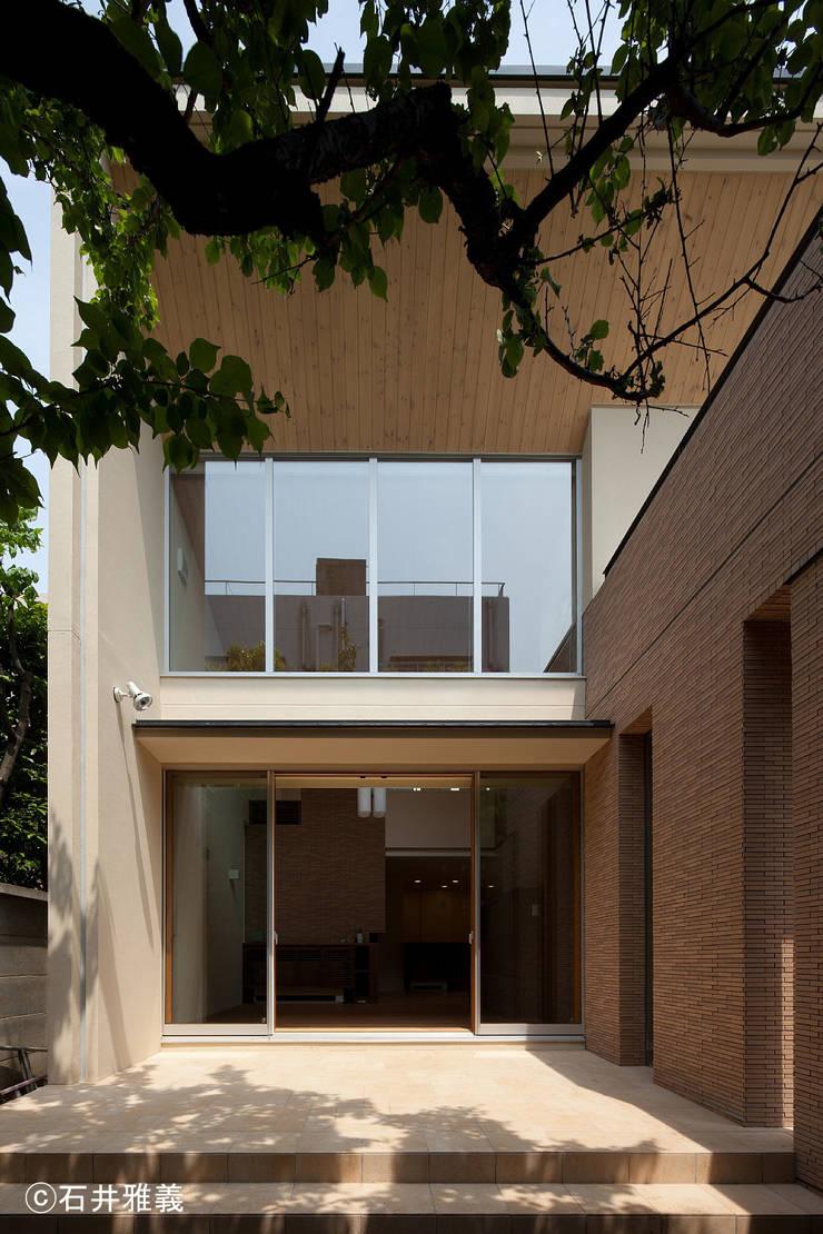 リビングに面したテラス: シーズ・アーキスタディオ建築設計室が手掛けたテラス・ベランダです。