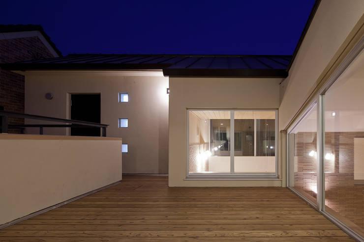 ルーフテラス夜景: シーズ・アーキスタディオ建築設計室が手掛けたテラス・ベランダです。
