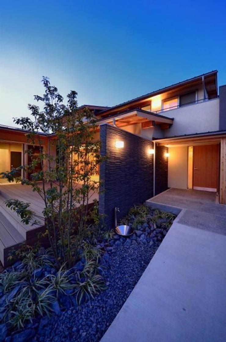 和モダンの家: 岩田建築アトリエが手掛けた家です。