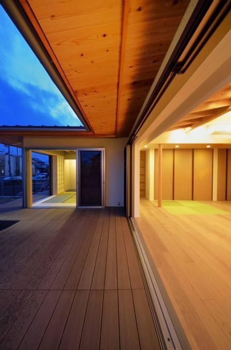 和モダンの家: 岩田建築アトリエが手掛けたテラス・ベランダです。