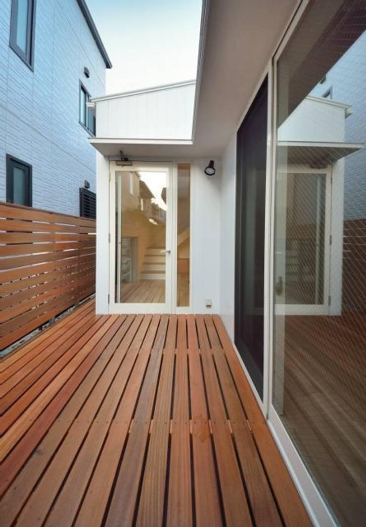ユキイロノイエ: 岩田建築アトリエが手掛けたテラス・ベランダです。
