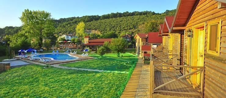 gizemli nehir otel – gizemli nehir: kırsal tarz tarz Bahçe
