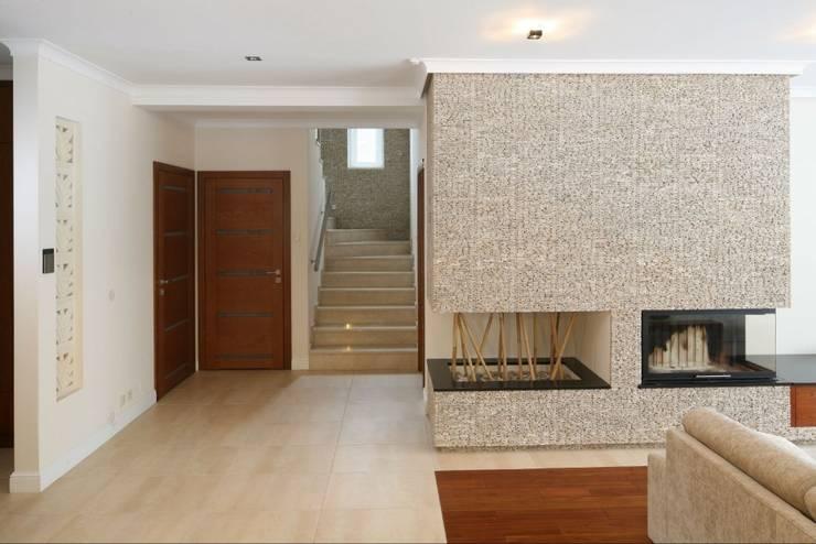 Dom z nutą Bali.: styl , w kategorii Korytarz, przedpokój zaprojektowany przez CAROLINE'S DESIGN